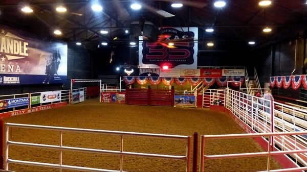 Installation du public autour de la petite arène Bull Riding Billy Bob's Texas Fort Worth Texas