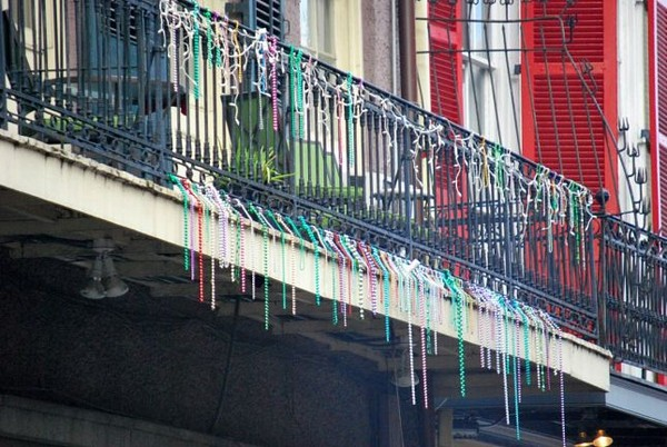 Colliers de perles multicolores au balcon sur Bourbon Street la Nouvelle Orléans Louisiane