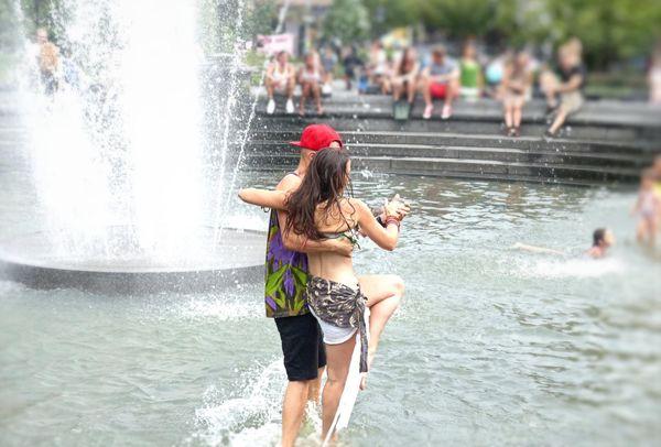 Un tango sous la pluie à Washington Square Park New York
