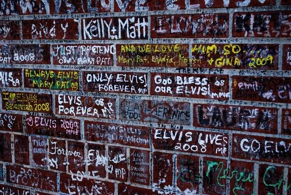 Messages de fans sur les murs d'enceinte Graceland