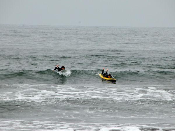 Surfeurs à Stinson Beach Pacific Coast Highway Californie