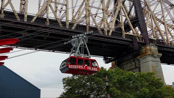 Téléphérique de Roosevelt Island devant le Queensboro Bridge New York