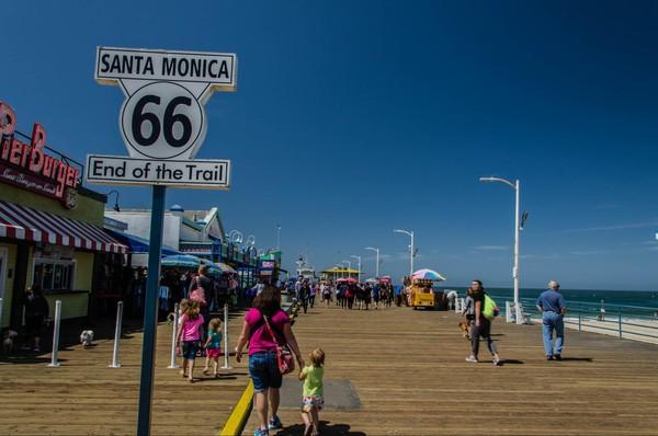"""Le panneau """"End of the Trail"""" Route 66 Santa Monica Pier Californie"""