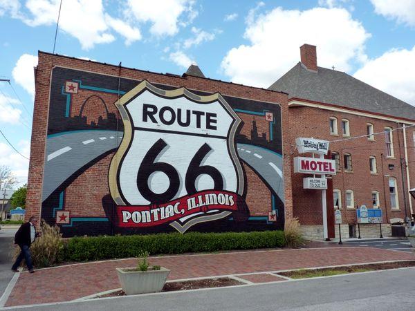 Le mural et la route de brique rouge Pontiac Route 66