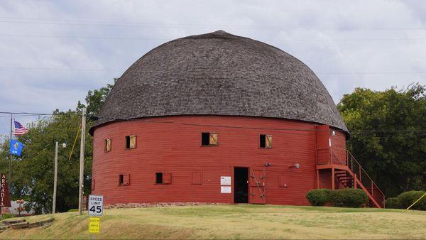 La célèbre Round Barn toute rouge Arcadia Route 66 Oklahoma