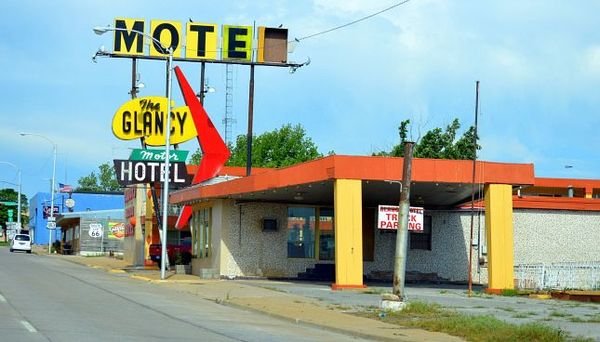 La célèbre enseigne du Glancy Motel avant rénovation en avril 2015 Clinton Oklahoma