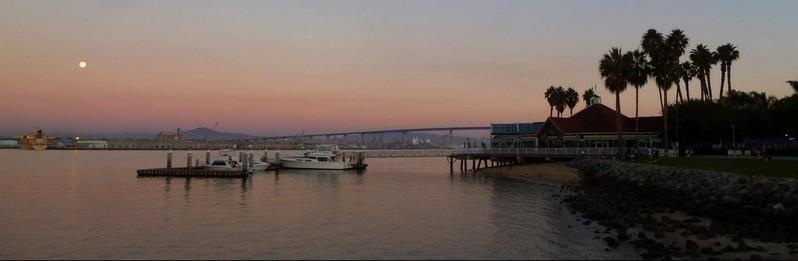 Sunset sur Downtown San Diego depuis le Ferry Landing Marketplace