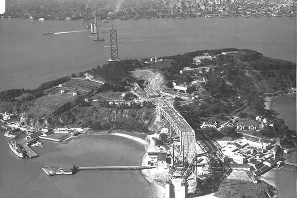 Yerba Buena Island et l'Oakland Bay Bridge en construction San Francisco
