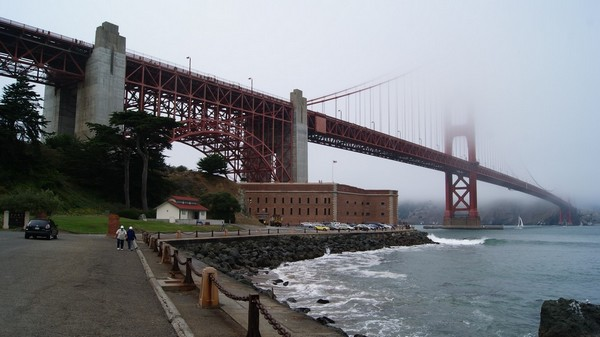 Fort Point et le Golden Gate Bridge sous la brume San Francisco