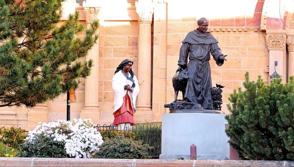Bronze de Kateri Tekakwitha, première Sainte indienne et St François d'Assise Santa Fe Nouveau-Mexique