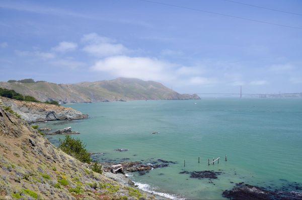 Vue sur la baie et le Golden Gate Bridge depuis Point Bonita Lighthouse