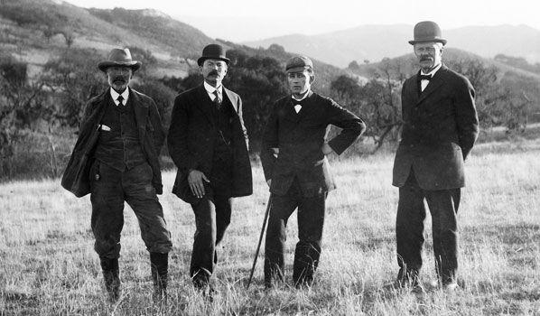 Les fondateurs de Solvang : Mads Frese (agent immobilier), P. P. Hornsyld, Benedict Nordentoft, et J. M. Gregerson