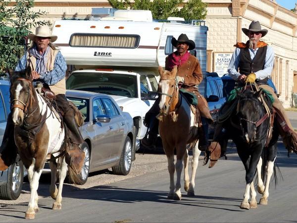 Cavaliers dans le centre-ville de Tombstone en Arizona