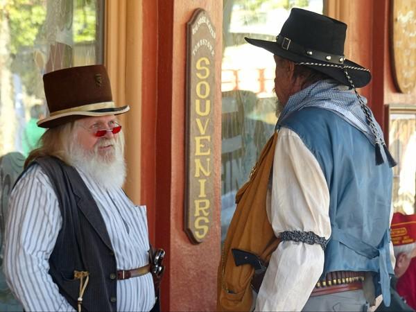 Deux clients discutant devant le saloon de Big Nose Kate Tombstone Arizona