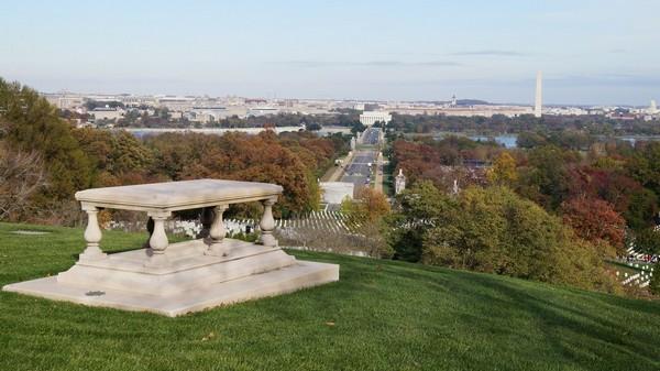Tombe de Pierre-Charles L'Enfant et au loin le National Mall depuis Arlington House